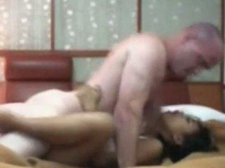Indonesialainen palvelustyttö having ensimmäinen aika seksi kanssa valkoinen kukko