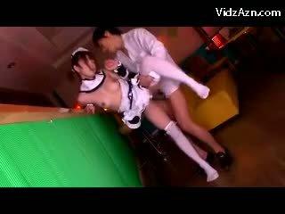 Jong serveerster in uniform getting haar poesje geneukt sperma naar tieten zuigen in de cafe