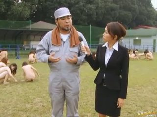 Japānieši av modele piespiedu līdz zīst