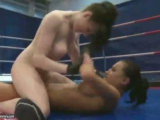 Seksuālā brunetes fighting