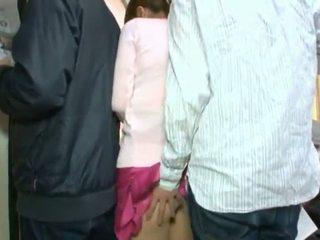可爱 韩国 teenager having 她的 棕色 眼 和 coochie touched 在 crowded 总线