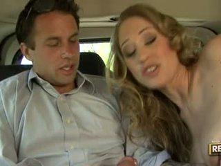 Príťažlivé blondie abby rode deliciously pleasures ju ústa s a vták plugged na to