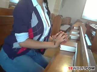 Pechugona adolescente flashing su cuerpo en iglesia