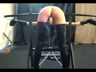 Meisje bending op pole tortured met clips whipped door meester