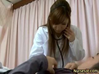 病人 gets 硬 如 亞洲人 護士 examines