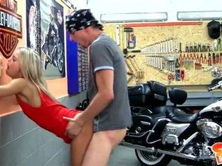 Sabrina blondīne spermas šķīdums guzzling pēc a motorcycle