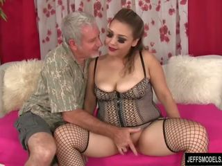 جنسي ريان فتاة gets مارس الجنس و بوضعه في فم