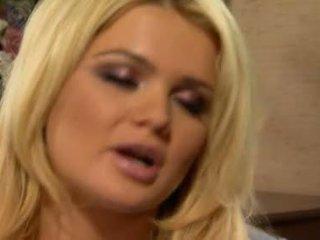 Alexis ford has 그녀의 단 둥근 mams sprayed 와 신선한 creamy 수탉 우유