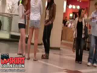 Adembenemend lang legged meisjes in korte broek laten de excited crowd bewonderen hun mooi heet bodies