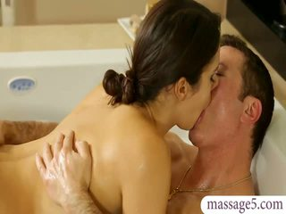 Грудаста masseuse valentina nappi gives масаж і трахкав