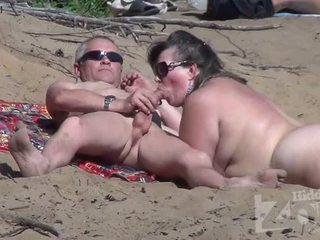 Robienie loda na a nudyści plaża