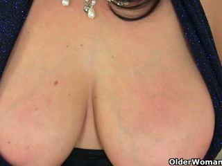 Британски милф lulu exposing тя голям цици и мокри путка