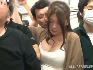 Sensuous orientalsko ženska has fingered v a crowded vlak