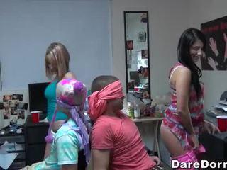 Högskolan flickor ögonbindel den guys och gave dem lap dance