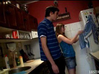 Irresistible remaja gets fucked dalam yang dapur