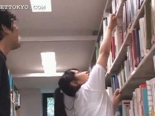 귀여운 아시아의 비탄 소녀 teased 에 그만큼 학교