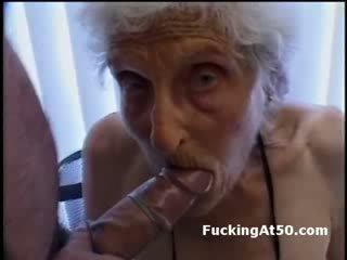 Senile wrinkled granny gives suhuvõtmine ja on perses poolt deviant veidrik