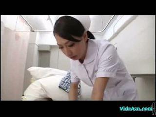 Medicinska sestra giving fafanje za bolnik na the hospitals postelja