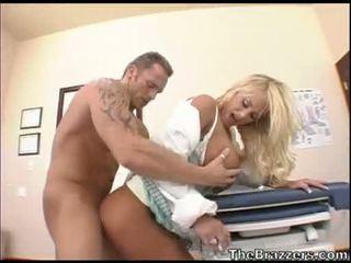 Shyla stylez acquires een knal load van sperma op dat guyr mond