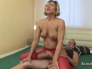Mama wake în sus când baiat atinge ei și obține inpulit greu