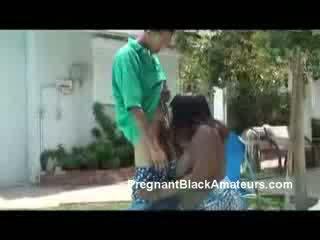 Zwanger rondborstig zwart hoer deepthroat en titfuck openlucht