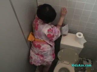 Ασιάτης/ισσα κορίτσι σε kimono πατήσαμε από πίσω σπέρμα να κώλος σε ο toilette