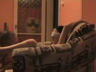 Nastolatka blind folded i wymuszony do pieprzyć stranger wideo