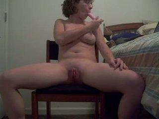 丑 母狗 同 热 体 puts 一 假阳具 向上 她的 屁股