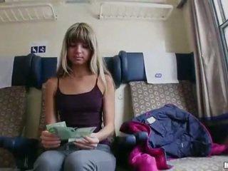 Tsjechisch meisje gina twat geneukt in de trein