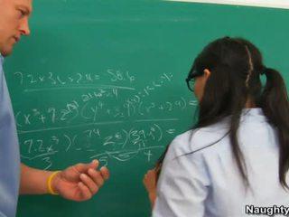 Asa akira होती हे banged द्वारा टीचर के लिए किस्सिंग उसके humps