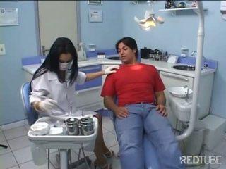 Seksuālā dentist gets fucked līdz viņai pacients
