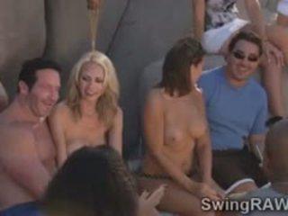Nakal tukar-menukar pasangan couples memiliki liar pesta di itu kolam renang
