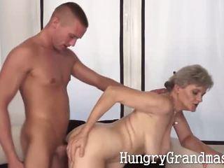 Nonnina intense scopata da giovane hunk