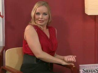 Carmen croft takes 彼女の raiment オフ で thowdys インタビュー
