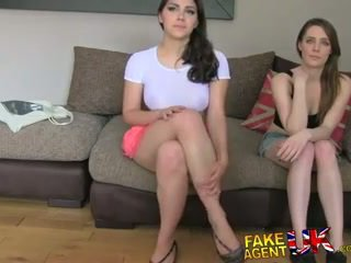 Fakeagentuk two gadis bahagia untuk apaan dia untuk sebuah porno pekerjaan lezzing naik dan anal