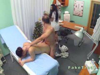 Doktor fucks čistenie dáma a sestrička