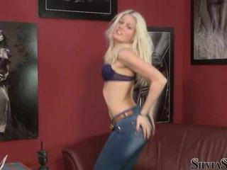 Sylvia saint päästää a blondi hunaja ottaa pois hänen raiment