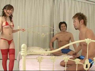 Aoi in scarlet thigh hoog kniekousen bends over naar zijn gemaakt liefde door two schlongs