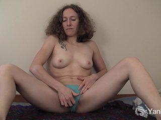 Curly haired nina s prstom ji slick quim