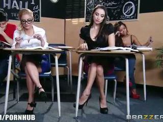 Imeilus brünett koolitüdruk seduces tema kuum blond classmate