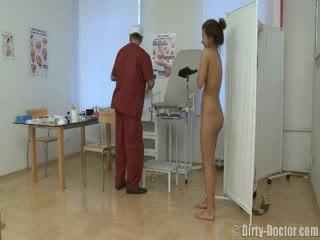 ผู้หญิงสวย ขี้อาย โดย a gynecologist