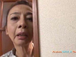 Rijpere aziatisch vrouw in een tanga sucks een piemel