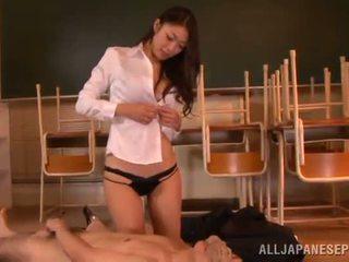 Reiko kobayaka marki na zewnątrz nearby jej człowiek i licks jego meat kij
