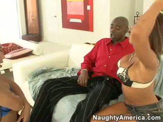 Concupiscent swarthy whore rane revere ja hänen seksikäs ystävä imaista a iso musta kukko keppi