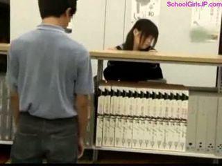 Schoolmeisje getting haar poesje rubbed bij de bibliotheek