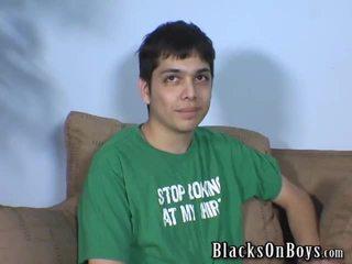 Jonge homo kont geneukt door donker weenie