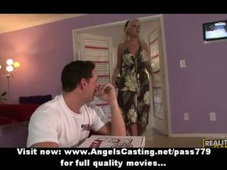حار امرأة سمراء في bikinis does اللسان إلى بيتزا guy مع