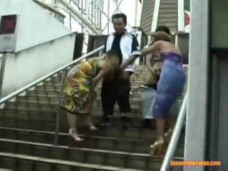 Asiatisk blåse jobb onto den stairs