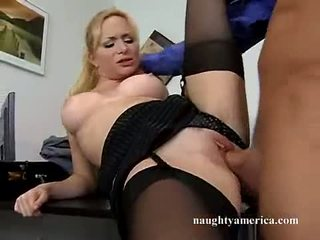 Sexy hawt aiden starr receives son rose chatte pummeled sur la table