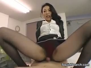 Japans vrouwelijke dominantie rubbing zijn lul